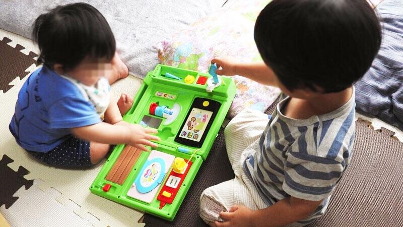 いたずら1歳やりたい放題 スマート本で遊ぶ子ども達