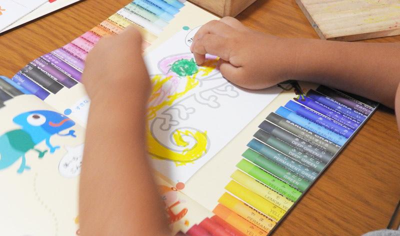 あかどり教材の色塗りを楽しむ子供