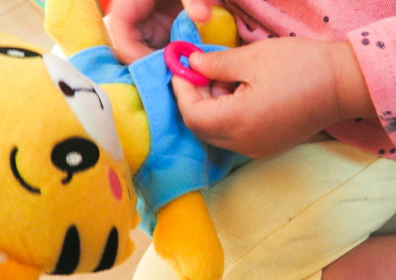 はなちゃんのボタンをつける3歳の娘