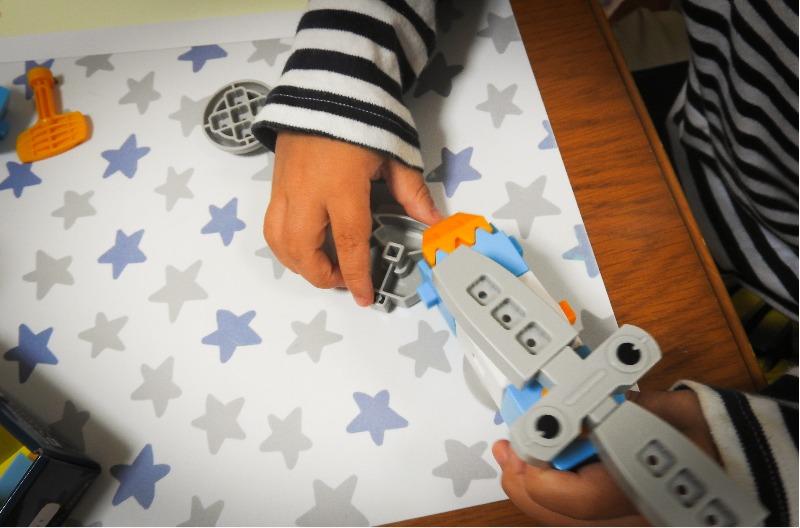 へんしんロボキットで遊ぶ5歳の子供