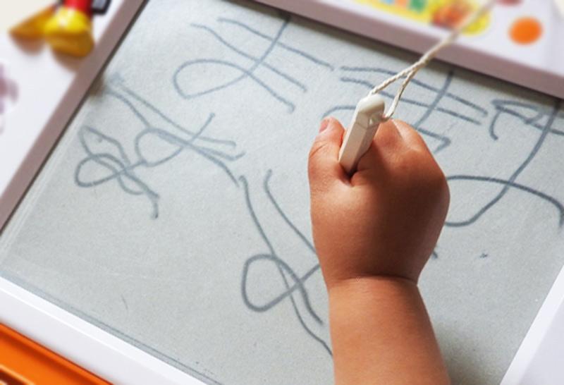 ままと書いている3歳の娘