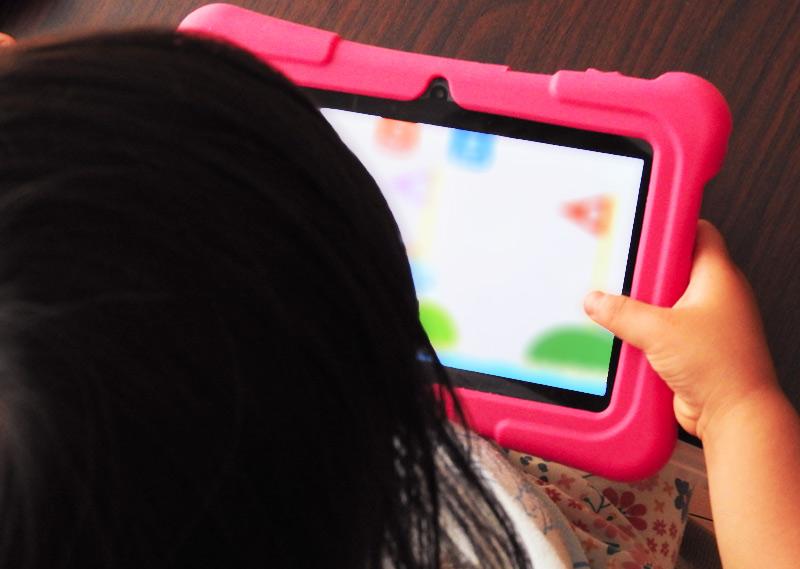 DragonTouchキッズタブレットでゲームアプリを使って遊ぶ子ども