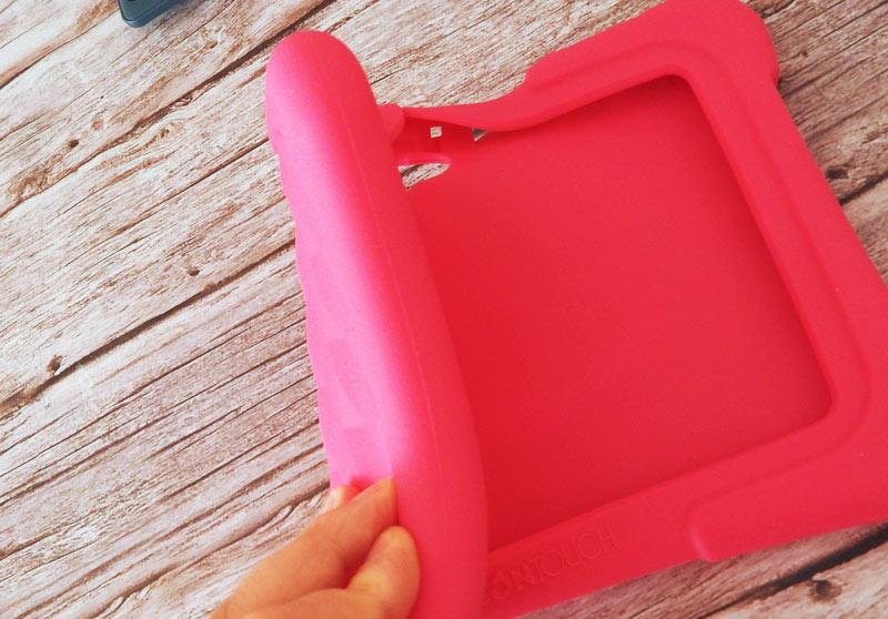 DragonTouchキッズタブレットのシリコン製カバーは伸縮性あり