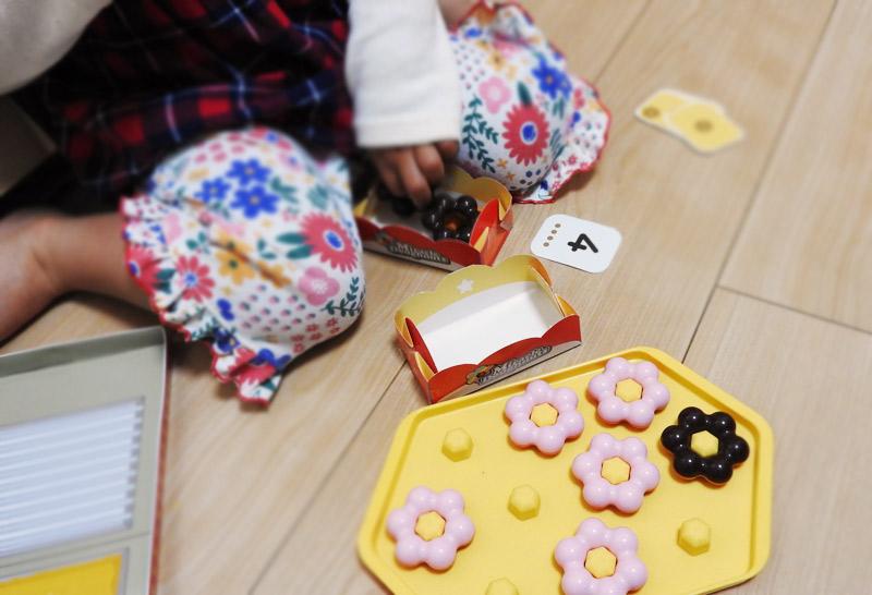 かずのドーナツやさんで遊ぶ3歳の娘