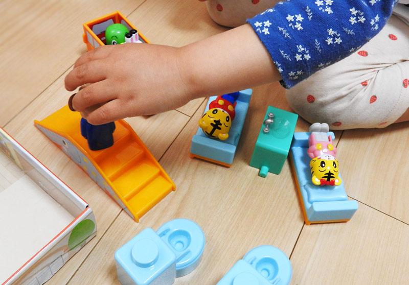 ちゃれんじえんごっこセットで遊びはじめた3歳の娘